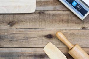 träbageriverktyg med digital skala på ett träbord