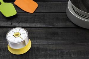 bageri- och matlagningsverktyg med en köketimer på ett träbord