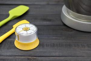 kökstimer och matlagningsverktyg på ett träbord
