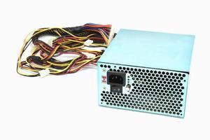 500w strömförsörjningsenhet med kablar och strömbrytare io för datorer som isoleras på en vit bakgrund foto