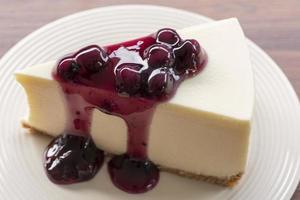 hemlagad blåbär new york cheesecake på en vit platta foto
