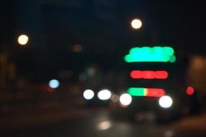 suddig nattvy av lastbil på gatan på natten foto