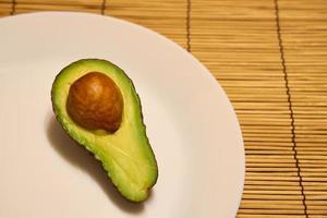 färsk mogen avokado på en tallrik foto