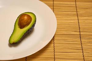 avokado på en tallrik foto