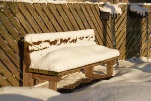 snö på en bänk foto
