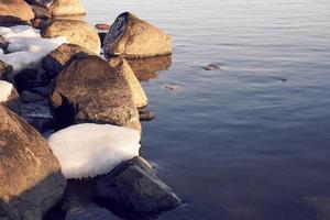 is med stenar nära vatten foto