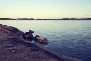 stenig kust vid solnedgången foto