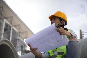 ingenjör inspekterar en byggarbetsplats foto