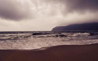 havet under molnigt väder foto