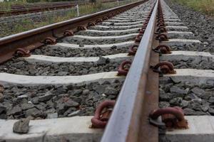 närbild av järnvägsspår foto
