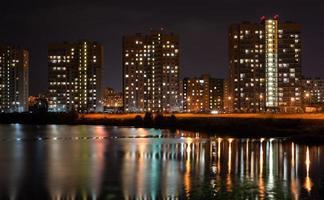stadslandskap på kvällen foto