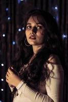 närbild headshot av ung kvinna på svart bakgrund foto