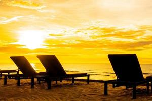solstolar på stranden foto