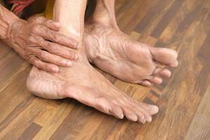 äldre kvinnas fötter foto