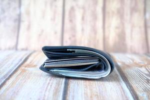 närbild av kontanter i plånbok på bordet