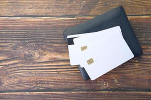 närbild av kreditkort på plånboken på träbakgrund