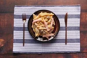 hemlagad kokt pasta på en tallrik på bordet