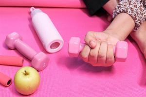 närbild av kvinna med rosa hantel