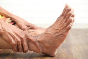 närbild av äldre kvinnas fötter foto