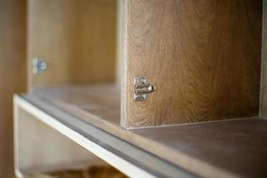 selektivt fokus på rostfria gångjärn på trädörrar som väntar på installation foto