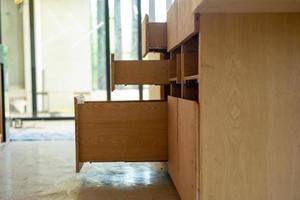 öppna trähyllor under installation inne i huset under uppbyggnad foto