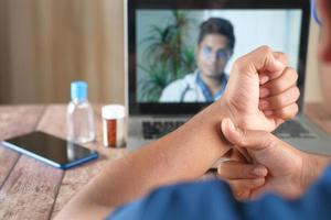online-konsultation med läkare på bärbar dator foto