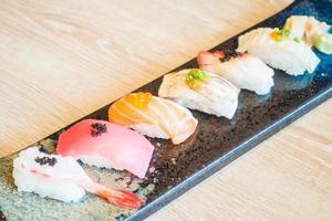 rå färsk sushi foto