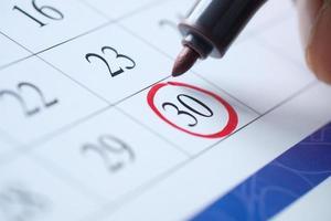 deadline koncept med röd markering på kalenderdatum foto