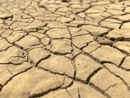 trasig torkad lera från torrt problem foto
