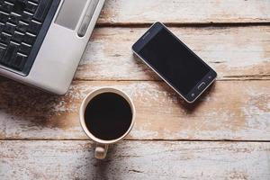 kaffe med telefon och bärbar dator foto