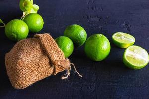 påse limefrukter foto