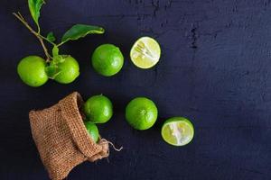 ovanifrån av limefrukter foto
