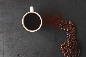 kaffe och bönor ovanifrån foto