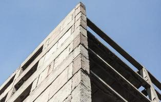 betongbyggnad mot himlen foto