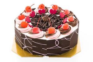 chokladkaka med körsbär på toppen foto