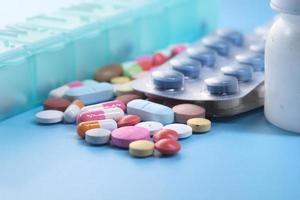 närbild av färgglada piller och kapslar