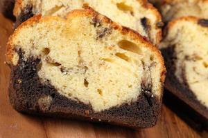 närbild av tårta på skärbräda