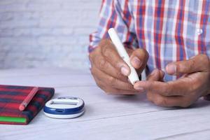 man som testar glukosnivån hemma
