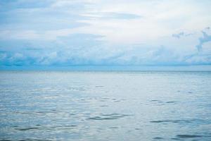liggande horisontell horisont av havet och lugnt hav med grumlig himmel i bakgrunden foto