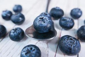 närbild av färska blåbär på en sked foto