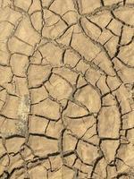 ovanifrån närbild vittrad konsistens och bakgrund av torr sprucken mark foto