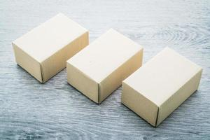 brun låda håna upp