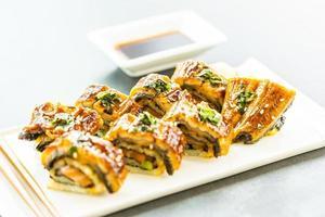 grillad ål eller unagi fisk sushi maki rulle med söt sås