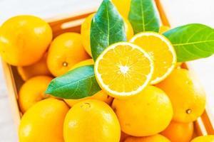 färska apelsiner på bordet