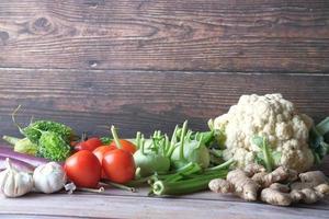 färska grönsaker på ett bord foto