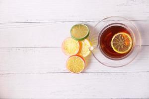 närbild av citronte på träbakgrund