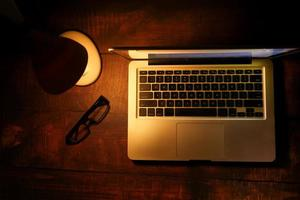 bärbar dator med bordslampa på skrivbordet