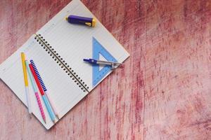 ovanifrån av skolmaterial på bord med kopieringsutrymme foto