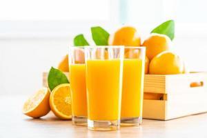 färsk apelsinjuice för drink i flaskglas