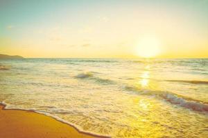 solnedgång med hav och strand